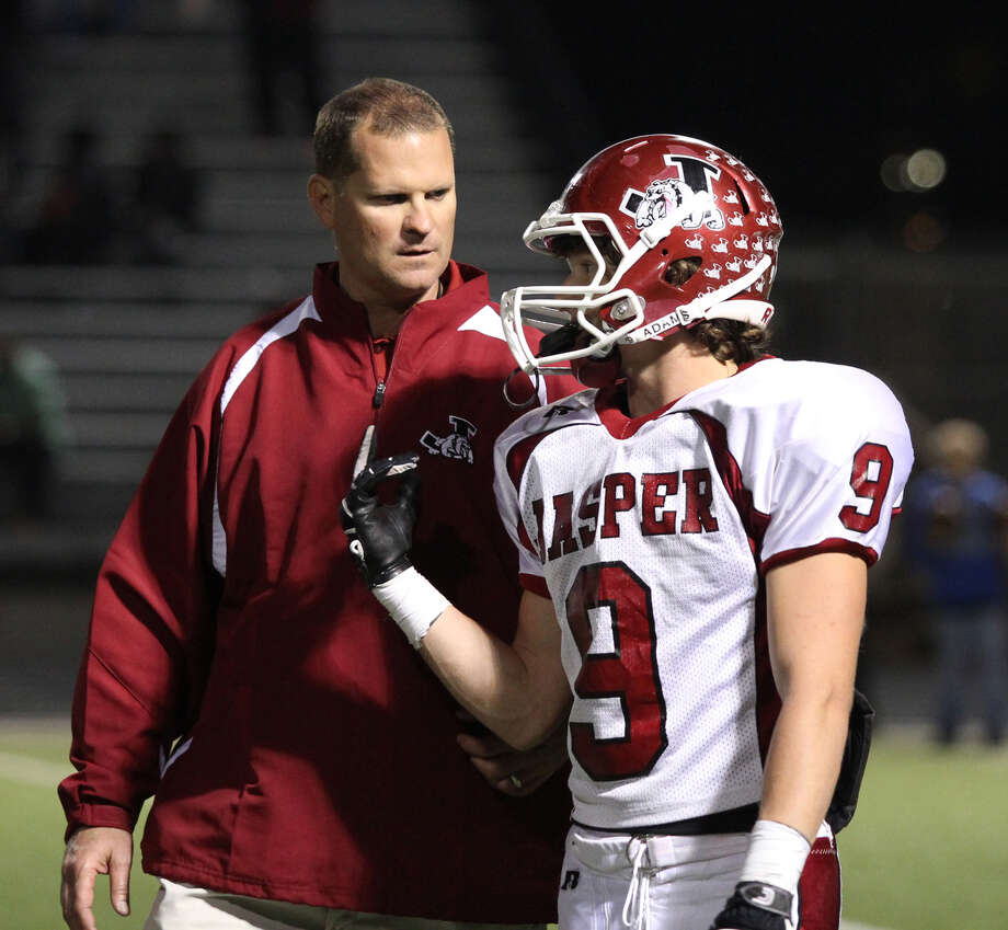 Jasper Coach Darrell Barbay talks with Brad Shivers. Photo: Jason Dunn