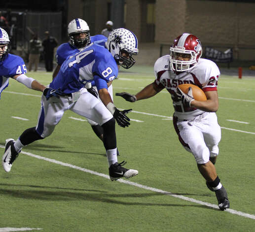 Donavan Middleton looks to run away from Navasota defenders. Photo: Jason Dunn