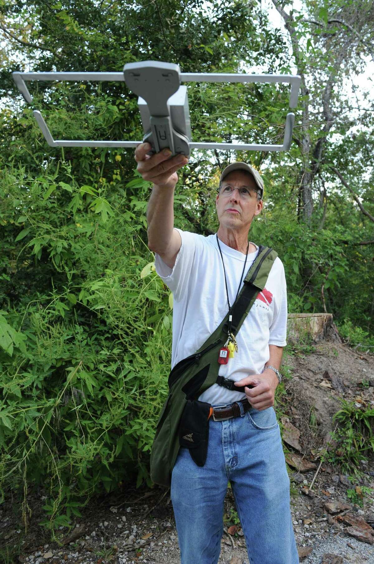 """Chuck Redding uses a tracking device to scan for his 7-year-old red-tailed hawk """"Cisco."""""""