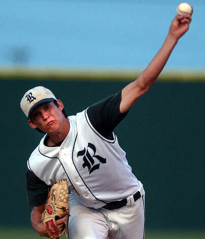 Reagan pitcher Anthony Vasquez unleashes a pitch against Victoria Memorial in Game 1 of their regional baseball playoff game at Blossom Athletic Center on May 26, 2004. Photo: Kin Man Hui, San Antonio Express-News / SAN ANTONIO EXPRESS-NEWS