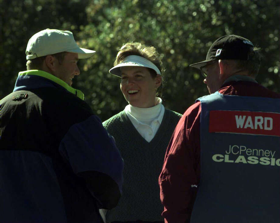 Wendy Ward enjoyed the company of both her father, John Ward, and her boyfriend, Nate Hair, during action in the JC Penney Classic. Photo: Tom Reel, San Antonio Express-News / SAN ANTONIO EXPRESS-NEWS