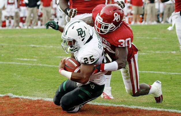 Baylor running back Lache Seastrunk (25) scores in front of Oklahoma defensive back Javon Harris (30) in the second quarter of an NCAA college football game in Norman, Okla., Nov. 10, 2012. Photo: Sue Ogrocki, Associated Press / AP