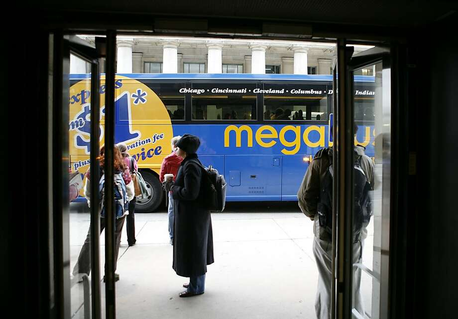 A Megabus, the new super low-cost inter-city bus service waits ouside the entrance to  Union Station on Canal Street on Thursday, Oct. 19, 2006 in Chicago.  Megabus buses often block two traffic lanes while unloading passengers and baggage and reloading.  (Chicago Tribune photo by Chuck Berman) ..OUTSIDE TRIBUNE CO.- NO MAGS,  NO SALES, NO INTERNET, NO TV.. 00269387A GettingAround Ran on: 08-02-2007 A Megabus, the service coming to the Bay Area, waits outside Union Station in Chicago last year. Photo: Chuck Berman, Chicago Tribune