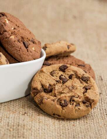 Mixed Cookies in a bowl on brown background / HandmadePictures - Fotolia
