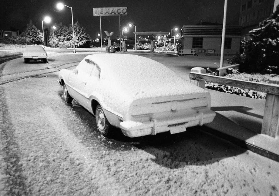 The snowfall happened overnight, adding to the mystique -- I'm guessing a lot of kids woke up for school, looked out their windows on Feb. 5, 1976 and viewed a scene like this. Chronicle photographer took this early in the morning. Photo: Peter Breinig, The Chronicle / ONLINE_YES