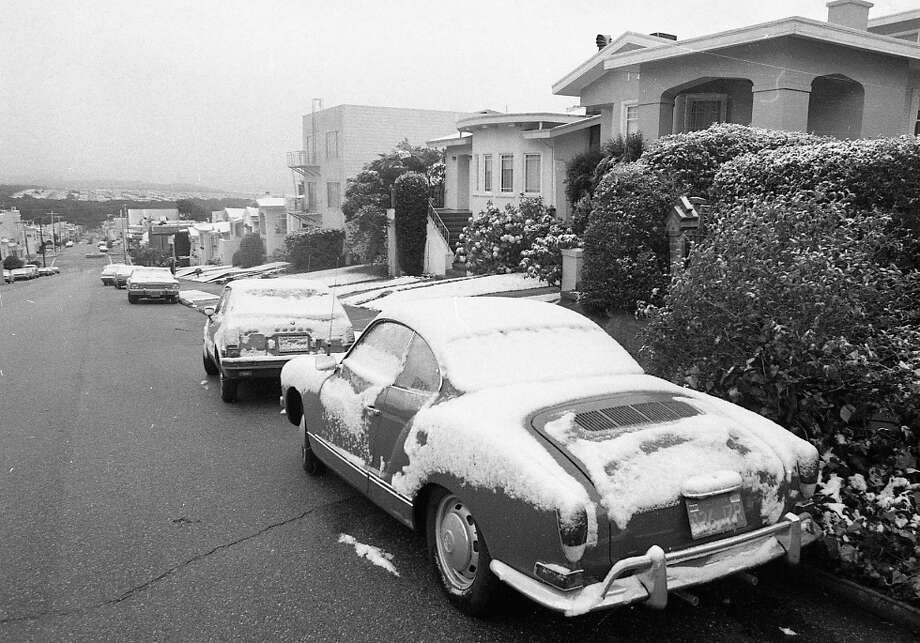 In addition to the cars covered in snow, you can see it on the lawns as well. Although this was 1976 -- it's possible everyone on this block had covered their yards in white quartz rock ... Photo: Clem Albers, The Chronicle / ONLINE_YES