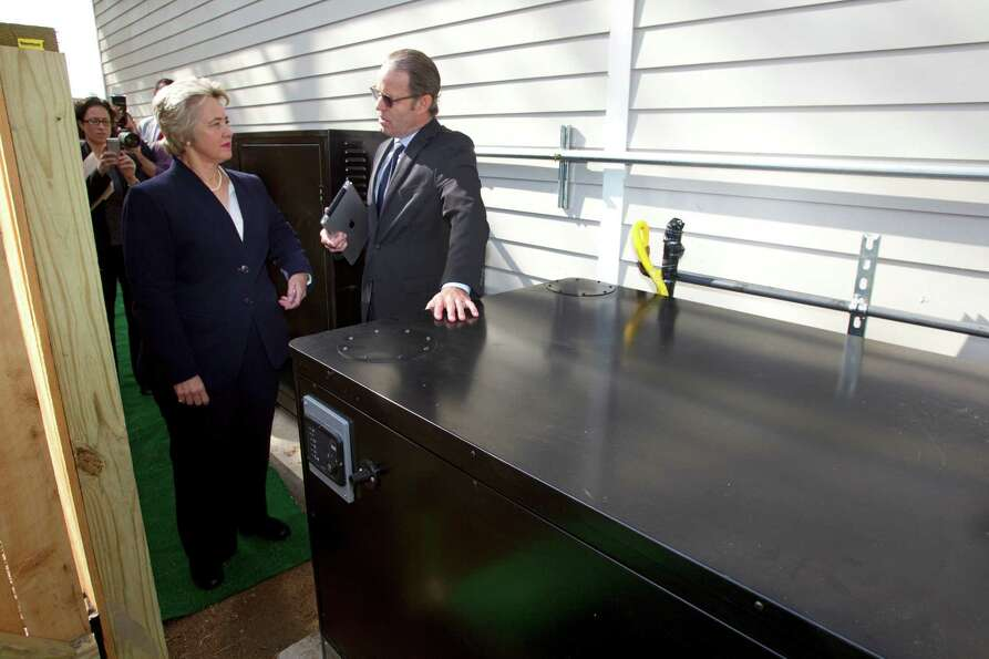 Mayor Annise Parker, left, listens as David Goswick, left, CEO of HOUZE, explains the power controls