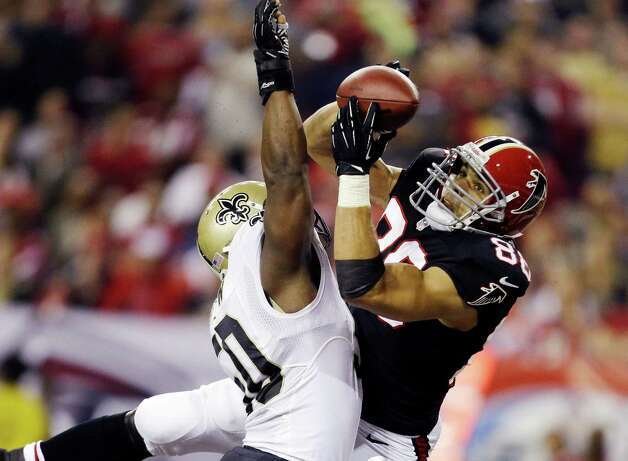 Atlanta Falcons tight end Tony Gonzalez (88) makes a catch for a touchdown as New Orleans Saints Saints middle linebacker Curtis Lofton (50) defends during the first half of an NFL football game, Thursday, Nov. 29, 2012, in Atlanta. (AP Photo/David Goldman) Photo: David Goldman, STF / AP