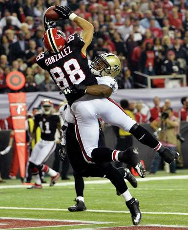 Atlanta Falcons tight end Tony Gonzalez (88) makes a catch for a touchdown as New Orleans Saints middle linebacker Curtis Lofton (50) defends during the first half of an NFL football game, Thursday, Nov. 29, 2012, in Atlanta. (AP Photo/Rich Addicks) Photo: Rich Addicks, FRE / FR170246