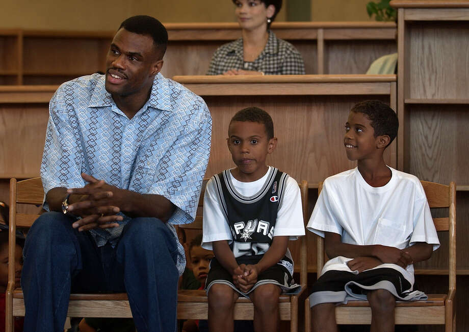 David Robinson sits Friday afternoon May 24, 2002 at the Carver Academy with two of his sons, Corey, left, and David, Jr., before announcing he will retire after next basketball season. (WILLIAM LUTHER/STAFF) Photo: WILLIAM LUTHER, Express-News / SAN ANTONIO EXPRESS-NEWS