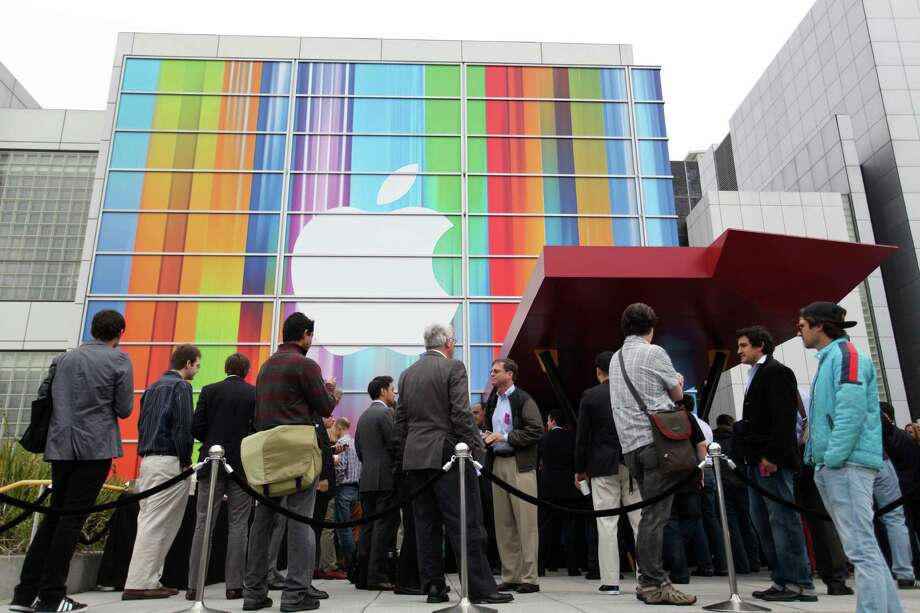 Journalists and attendees line up outside of Yerba Buena Center for the Arts in San Francisco to attend Apple's special media event to introduce the iPhone 5 on September 12, 2012 in California. Photo: KIMIHIRO HOSHINO, AFP/Getty Images / AFP