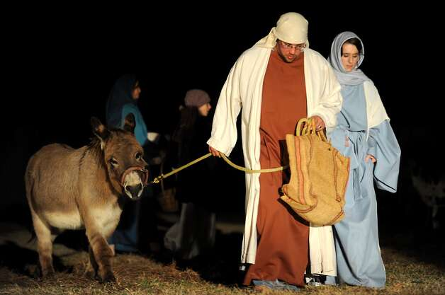 Eric Swanzy and Kim Swanzy walk to Bethlem during a Live Nativity Story at the Wesley United Methodist Church in Nederland, Saturday. Tammy McKinley/The Enterprise Photo: TAMMY MCKINLEY / Beaumont