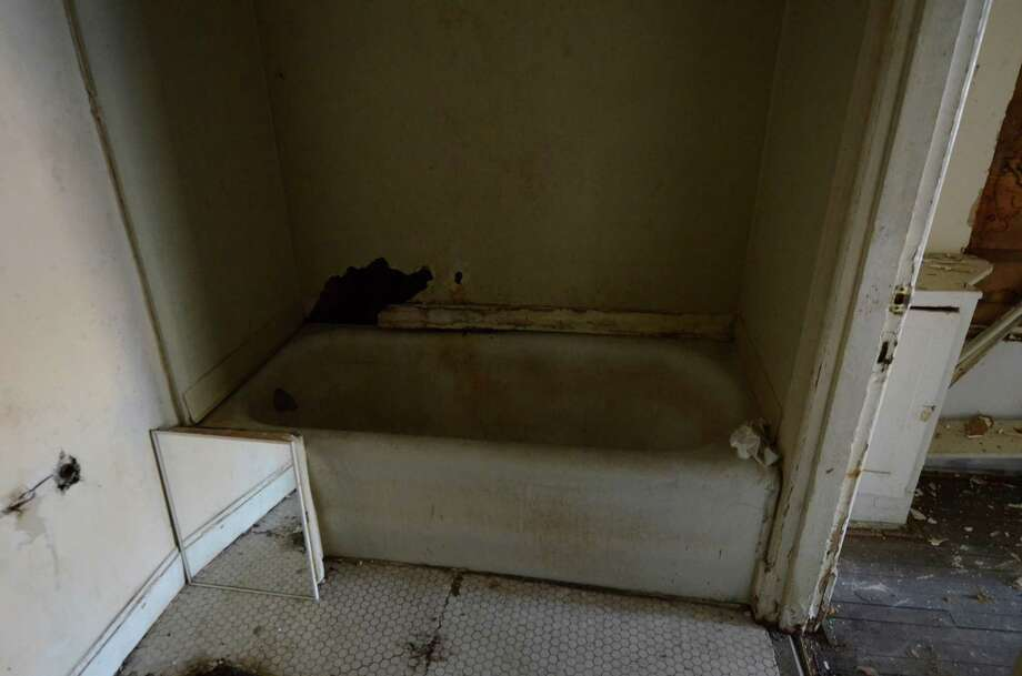 A decrepit bathroom is seen in Dallas, Thursday, Nov. 29, 2012, in the apartment where Lee Harvey Oswald once lived. Photo: Benny Snyder, Associated Press / AP