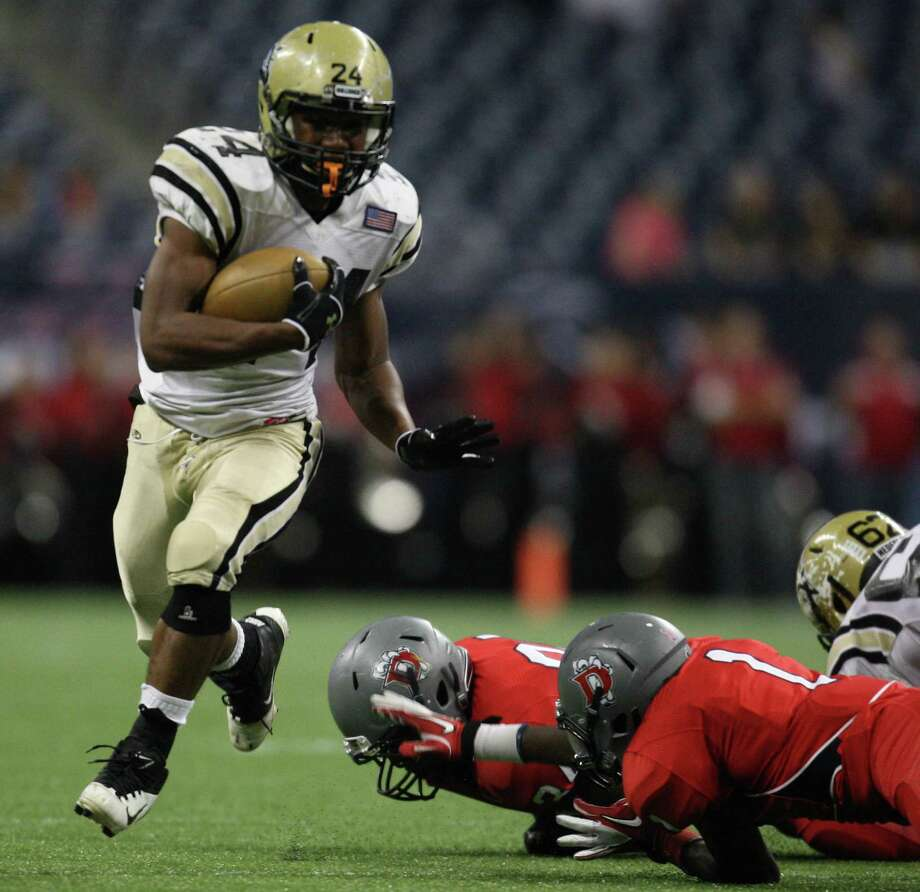 Nederland's Kendrick Hopkins (24) escapes the tackle of Dawson's Mario Thomas (1) en route to a 32-yard touchdown during the first half of a Class 4A Division I high school football playoff game, Friday, November 30, 2012 at Reliant Stadium in Houston, TX. (Eric Christian Smith/For the Chronicle) Photo: Eric Christian Smith, Freelance