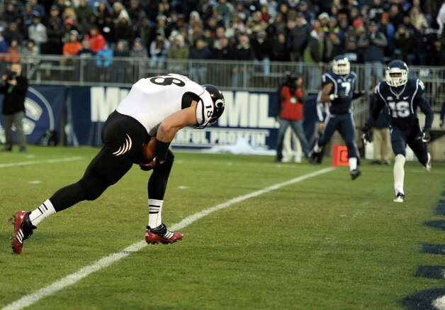 Cincinnati tight end Travis Kelce, left, crosses the goal line for a touchdown during the first half of an NCAA college football game against Connecticut at Rentschler Field in East Hartford, Conn., Saturday, Dec. 1, 2012. (AP Photo/Jessica Hill) Photo: Jessica Hill, Associated Press / FR125654 AP