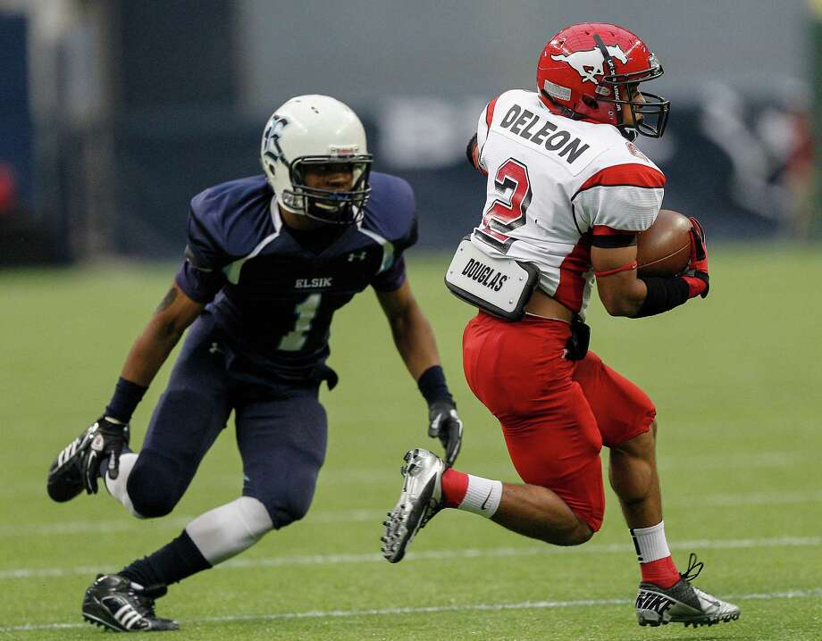 North Shore's Kevian DeLeon rushes past Elsik's Charles Dansberry. Photo: Bob Levey, Houston Chronicle / ©2012 Bob Levey