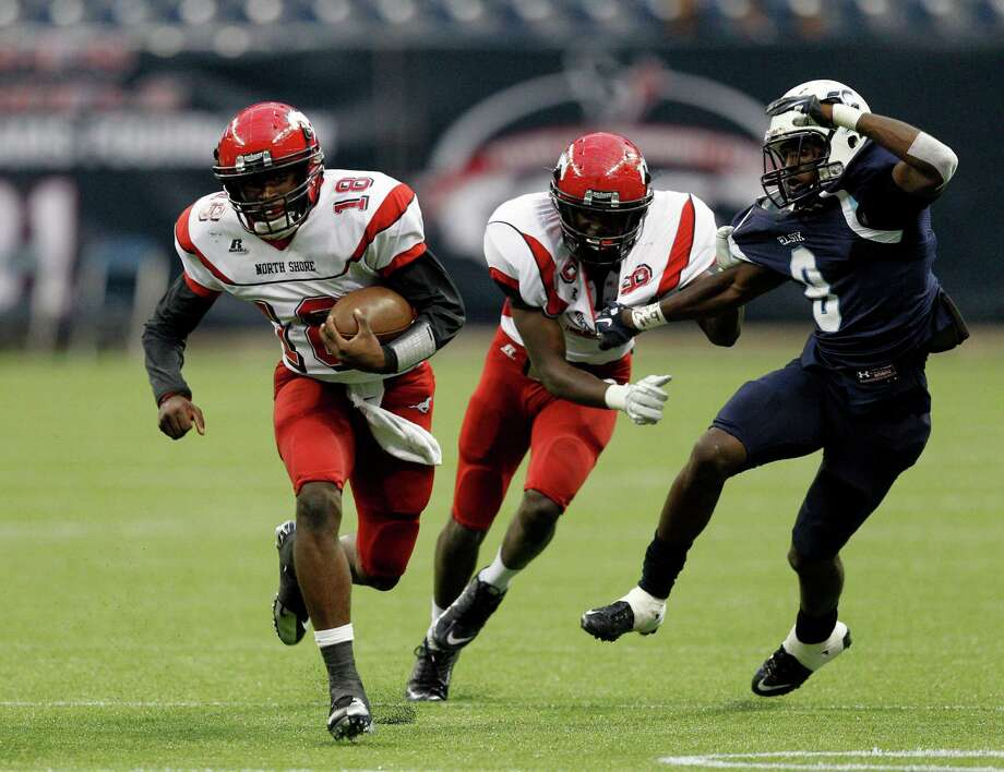 North Shore quarterback Micah Thomas scrambles out of the pocket. Photo: Bob Levey, Houston Chronicle / ©2012 Bob Levey