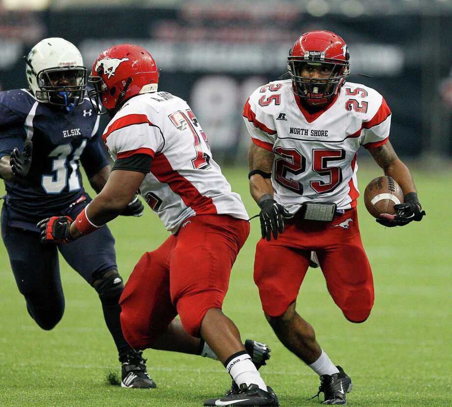 North Shore's Kevian DeLeon scores on a rushing play. Photo: Bob Levey, Houston Chronicle / ©2012 Bob Levey