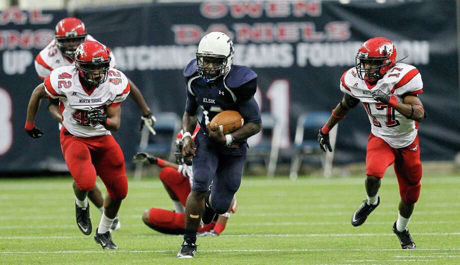 North Shore 17, Elsik 10Elsik's Ibrahim Alabi breaks a tackle as returns a punt past Jomal Wiltz and Christian Jacobs. Photo: Bob Levey, Houston Chronicle / ©2012 Bob Levey