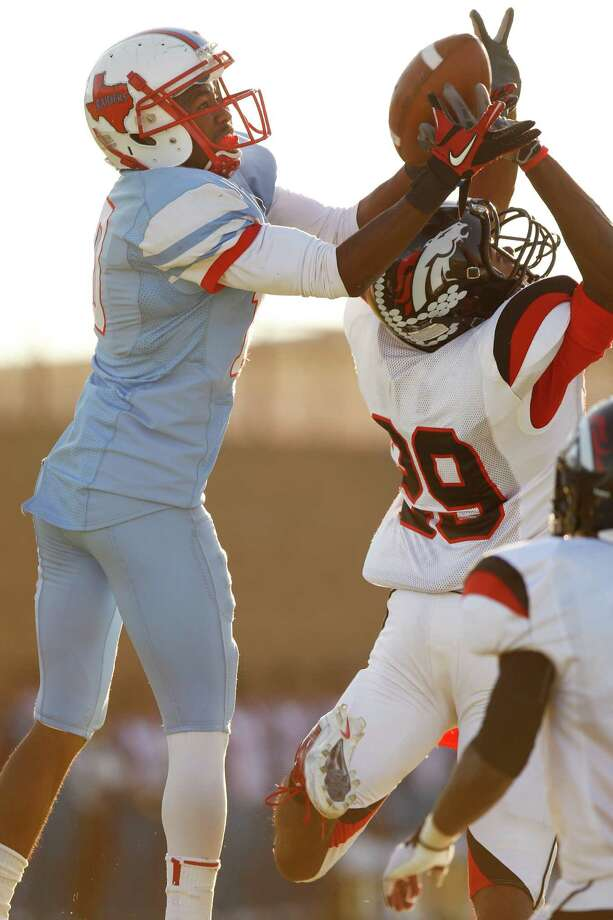 Skyline's RaShaad Samples (10) catches the ball over Spring Westfield's Ron Knowles. Photo: Stan Olszewski, Staff Photographer / Stan Olszewski/The Dallas Morning News