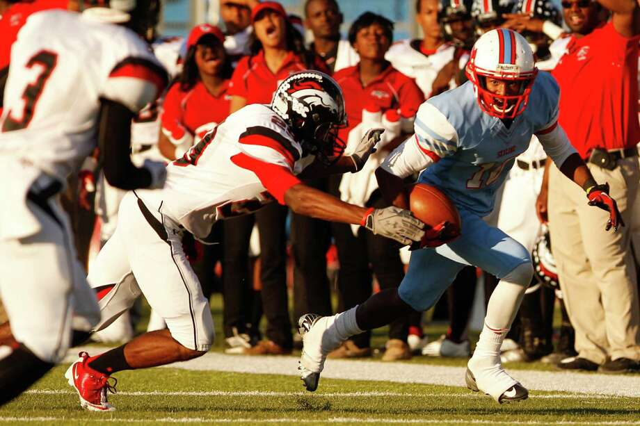 Skyline's RaShaad Samples (10) carries the ball against Spring Westfield. Photo: Stan Olszewski, Staff Photographer / Stan Olszewski/The Dallas Morning News