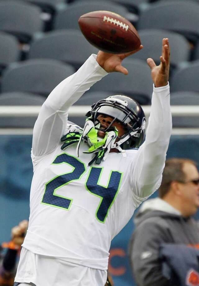 Seattle Seahawks running back Marshawn Lynch (24) makes a catch during warmups before an NFL football game against the Chicago Bears in Chicago, Sunday, Dec. 2, 2012. Photo: AP
