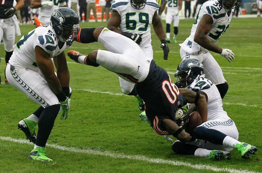 Chicago Bears wide receiver Earl Bennett (80) scores on a 12-yard pass reception between Seattle Seahawks linebacker Bobby Wagner (54) and safety Kam Chancellor (31) in the first half of an NFL football game in Chicago, Sunday, Dec. 2, 2012. The play was ruled a touchdown after a review. Photo: AP