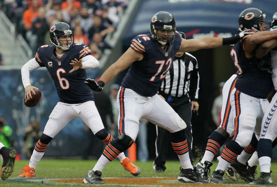 Chicago Bears quarterback Jay Cutler (6) passes with tackle Gabe Carimi (72) protecting in the first half of an NFL football game in Chicago, Sunday, Dec. 2, 2012. Photo: AP