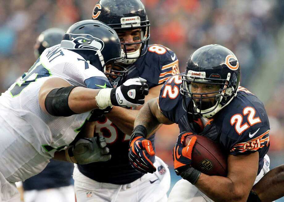 Chicago Bears tight end Kellen Davis (87) blocks Seattle Seahawks defensive end Red Bryant (79) as Bears running back Matt Forte (22) rushes in the second half of an NFL football game in Chicago, Sunday, Dec. 2, 2012. Photo: AP
