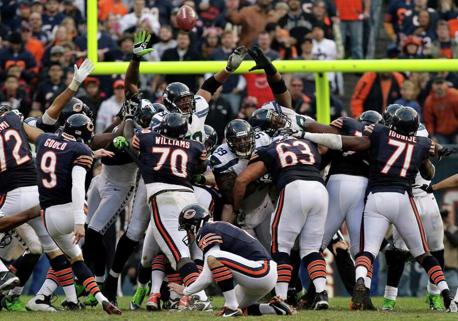 Chicago Bears kicker Robbie Gould (9) kicks a game-tying, 46-yard field goal late in the fourth quarter against the Seattle Seahawks to send the game into overtime during an NFL football game in Chicago, Sunday, Dec. 2, 2012. Photo: AP