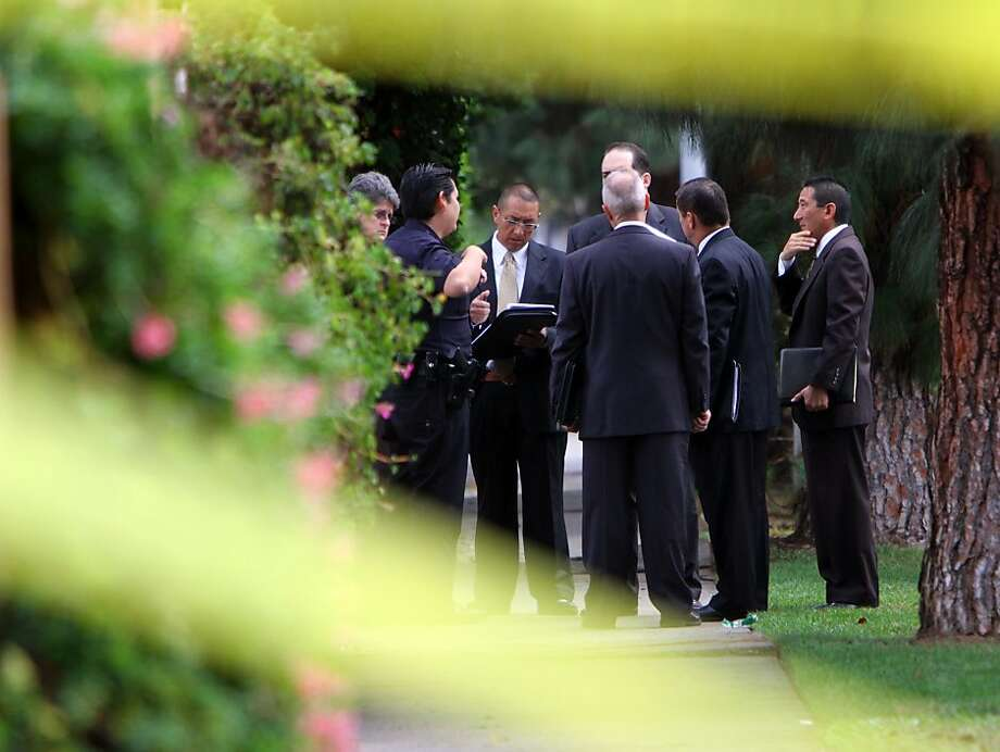Detectives investigate the crime scene in Northridge (Los Angeles County) where they found four bodies after responding to a report of a shooting. Photo: Francine Orr, Associated Press
