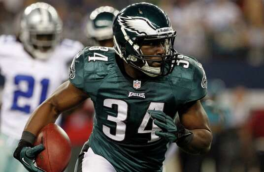 Philadelphia Eagles running back Bryce Brown (34) runs the ball against the Dallas Cowboys during the first half of an NFL football game Sunday, Dec. 2, 2012 in Arlington, Texas. (AP Photo/Tony Gutierrez) Photo: Tony Gutierrez, Associated Press / AP