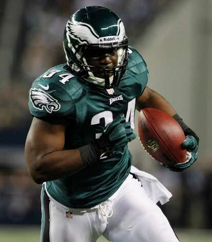 Philadelphia Eagles running back Bryce Brown (34) takes the ball in for a touchdown against the Dallas Cowboys during the first half of an NFL football game Sunday, Dec. 2, 2012 in Arlington, Texas. (AP Photo/Tony Gutierrez) Photo: Tony Gutierrez, Associated Press / AP