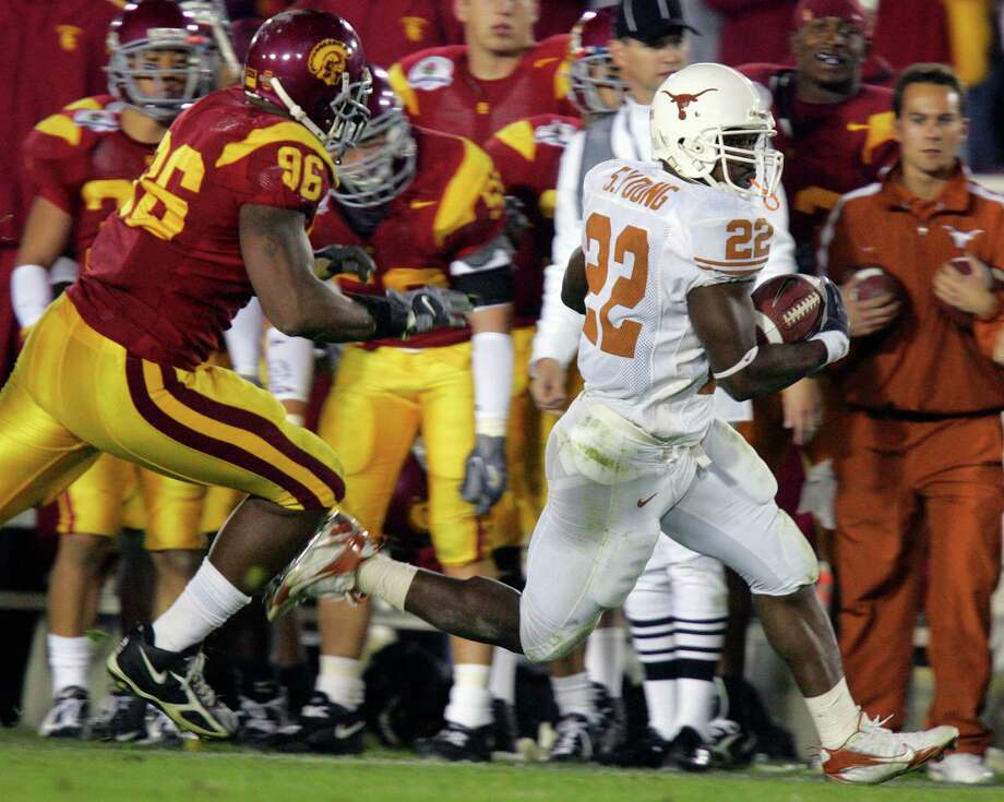 SPORTS - Selvin Young rounds the corner on a run as he is chased by Lawrence Jackson in the second half of the Rose Bowl Wednesday, January 4, 2006 at Rose Bowl Stadium in Pasadena. The Longhorns won on a last-minute touchdown by Vince Young. BAHRAM MARK SOBHANI/STAFF TEXAS LONGHORNS SOUTHERN CALIFORNIA TROJANS USC NATIONAL CHAMPIONSHIP BCS Photo: BAHRAM MARK SOBHANI, SAN ANTONIO EXPRESS-NEWS / © San Antonio Express-News