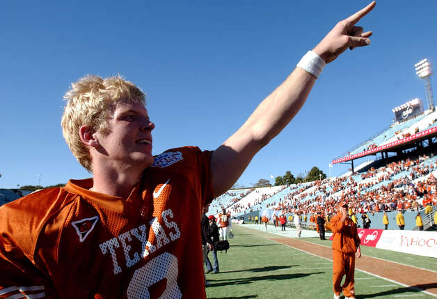 FOR SPORTS - Texas' Chris Simms (2) flashes the hook um horns sign at fans as he leaves the field Jan. 1, 2003 after the SBC Cotton Bowl Classic in Dallas, Texas. Texas defeated LSU by a score of 35-20. PHOTO BY EDWARD A. ORNELAS/STAFF Photo: EDWARD A. ORNELAS, SAN ANTONIO EXPRESS-NEWS / SAN ANTONIO EXPRESS-NEWS