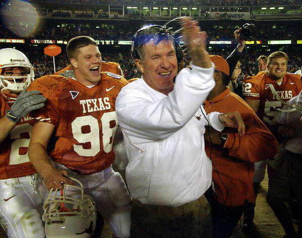 UT coach Mack Brown celebrates with his players Friday night Dec. 28, 2001 after being doused with a gatorade bottle as the final minutes tick off the Longhorns last minute win over the Washington Huskies in the Holiday Bowl. STAFF PHOTO BY WILLIAM LUTHER Photo: WILLIAM LUTHER, SAN ANTONIO EXPRESS-NEWS / SAN ANTONIO EXPRESS-NEWS