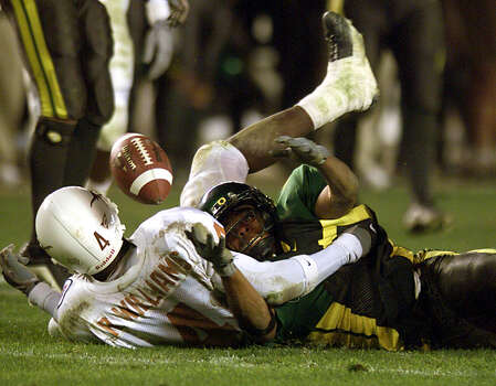 UT vs Oregon: Texas receiver Roy Williams (4) loses the handle on the ball as Oregon defender Jermaine Hanspard (21) recovers the fumble in the closing minutes of the Holiday Bowl in San Diego, California, Dec. 29, 2000. STAFF PHOTO BY DELCIA LOPEZ Photo: DELCIA LOPEZ, SAN ANTONIO EXPRESS-NEWS / SAN ANTONIO EXPRESS-NEWS