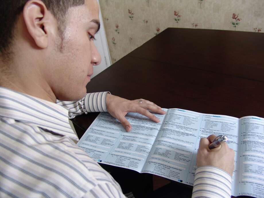 Filling out the 2010 Census forms. Credit: US Census Bureau / DirectToArchive