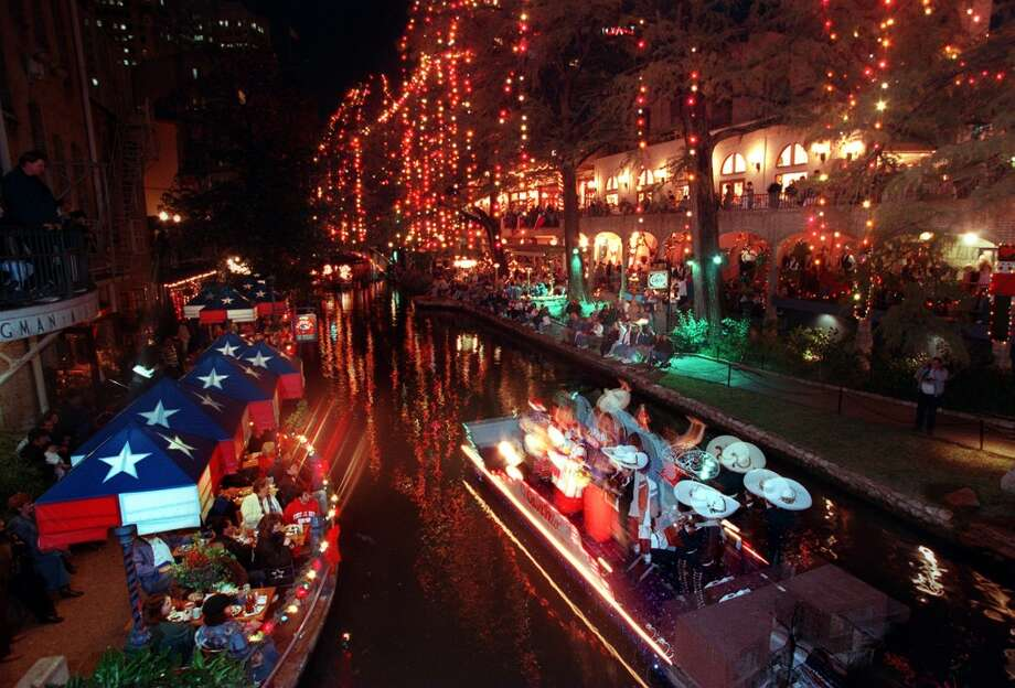 The River Walk lit up with incandescents in 1996. (KIN MAN HUI / SAN ANTONIO EXPRESS-NEWS)