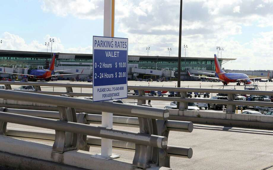 A sign at the entrance of Hobby Airport's new valet parking area Monday, Dec. 3, 2012, in Houston. ( James Nielsen / Chronicle ) Photo: James Nielsen, Staff / © Houston Chronicle 2012