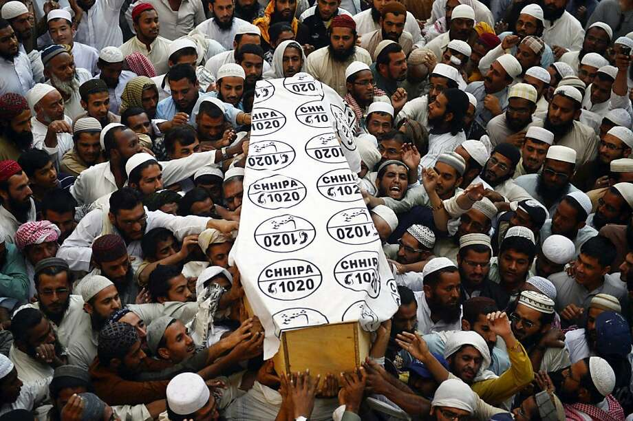 Pakistani Islamic seminary students carry the coffin of cleric Mufti Ismail, who was killed by gumen, during his funeral in Karachi on December 3, 2012. Unidentified gunmen have shot dead a senior cleric of a prominent Islamic seminary in the Pakistani city of Karachi, in what police say could be sectarian attack. Photo: Asif Hassan, AFP/Getty Images