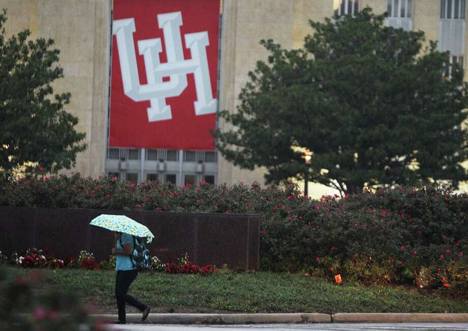 Evening showers fall on University of Houston students, faculty and staff pedestrians, Tuesday, Dec. 4, 2012, at the school's main campus in Houston. Photo: Nick De La Torre/Houston Chronicle