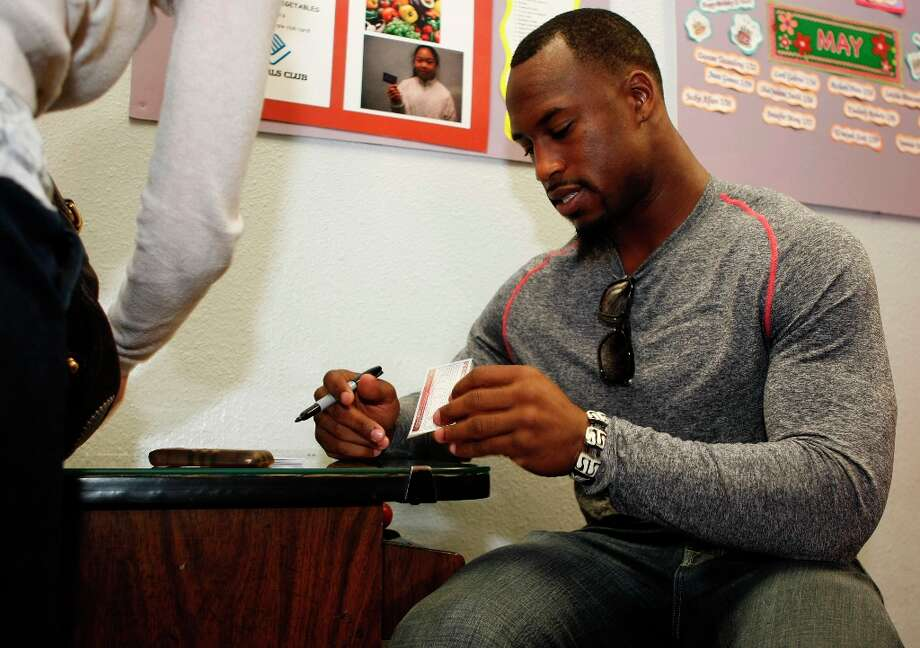 Vernon Davis of the 49ers signs autographs for kids at the Tenderloin Boys and Girls Clubhouse. Photo: Alex Washburn, The Chronicle / SFC