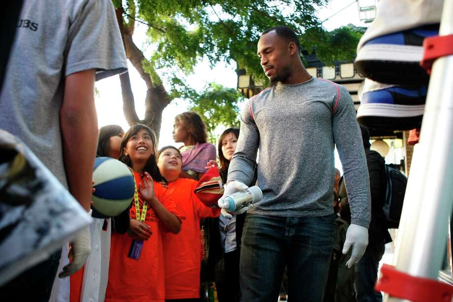 Vernon Davis talks to children and staff members of the Tenderloin Boys and Girls Clubhouse in San Francisco Calif, on Friday, May 20, 2011. Photo: Alex Washburn, The Chronicle / SFC
