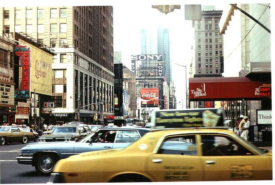 #2 city for DINK couples, New York, NY. Photo via Wiki Commons/Derzsi Elekes Andor. (http://commons.wikimedia.org/wiki/File:New_York,_New_York_1977_(7).jpg)