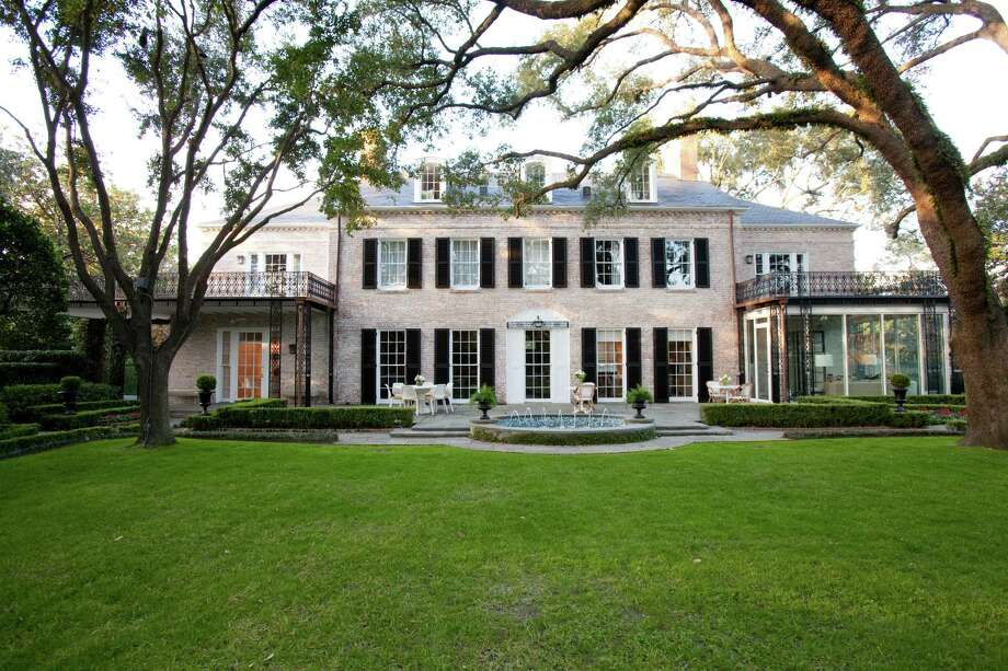 Jill and Calvin Schlenker's home in River Oaks is a John Staub original whose decor was reimagined by Houston interior designer Laura Umansky and her team. Photo: Julie Soefer, Style Home Schlenker