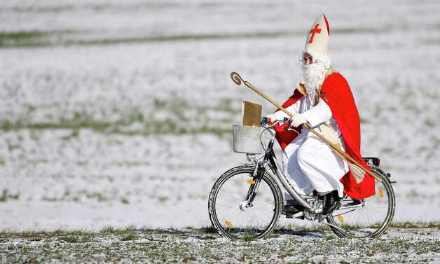 A man dressed as Santa Claus rides his bike in Offingen, southern Germany, on December 6 , 2012. December 6 is the traditional day of Santa Claus in Germany. Photo: THOMAS WARNACK, AFP/Getty Images / DPA
