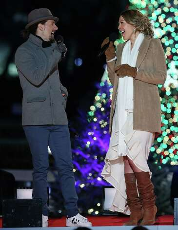 Jason Mraz (L) sings a duet with Colbie Caillat during the annual lighting of the National Christmas tree on December 6, 2012 in Washington, DC. This year is the 90th annual National Christmas Tree Lighting Ceremony. Photo: Mark Wilson, Getty Images / 2012 Getty Images