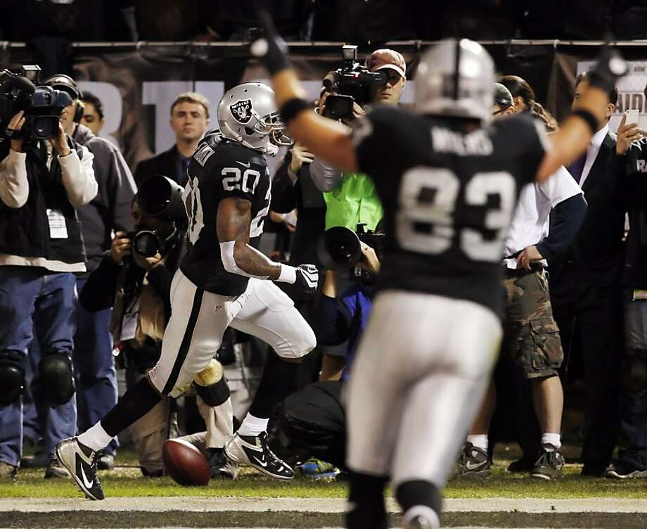 Darren McFadden scores on a six yard run into the end zone in the second quarter. The Oakland Raiders played the Denver Broncos at O.co Coliseum in Oakland, Calif., on Thursday, December 6, 2012. Photo: Carlos Avila Gonzalez, The Chronicle