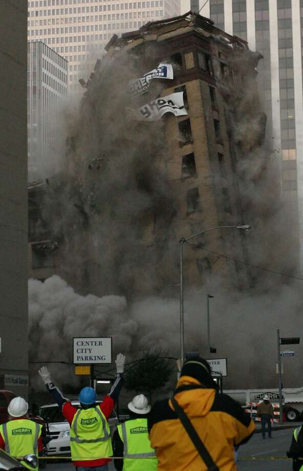 Implosion of Montagu Hotel. (Mayra Beltran / Houston Chronicle)